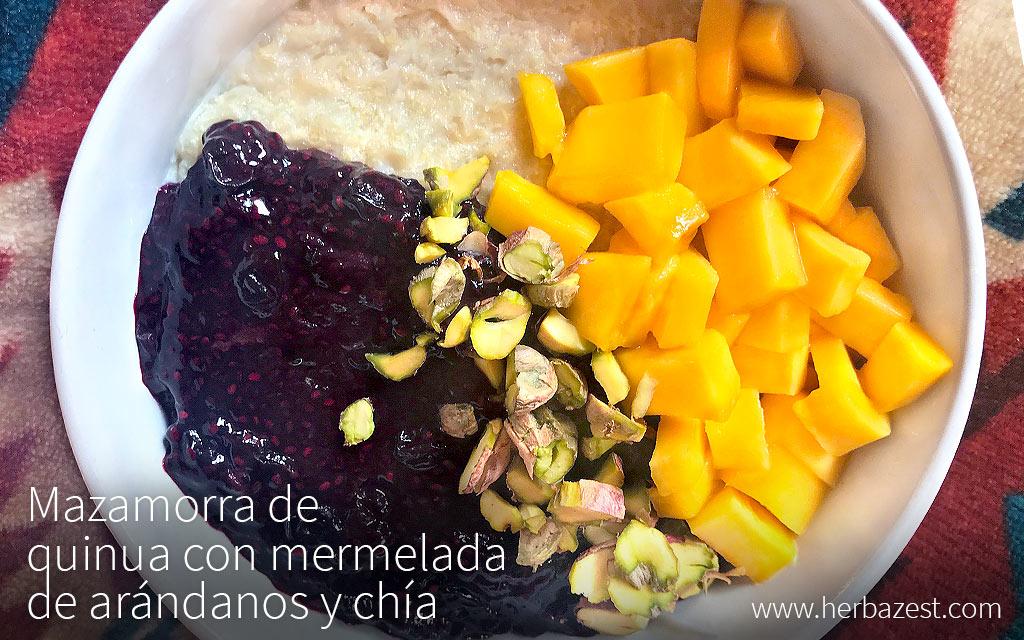 Mazamorra de quinua con mermelada de arándanos y chía
