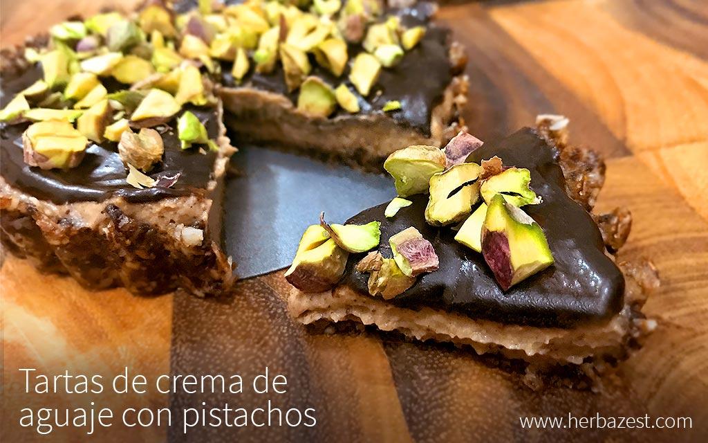 Tartas de crema de aguaje con pistachos